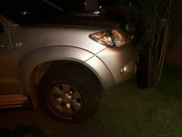 A Hilux só parou ao colidir nas pilastras de madeira sobre a calçada. (Foto: Direto das Ruas)