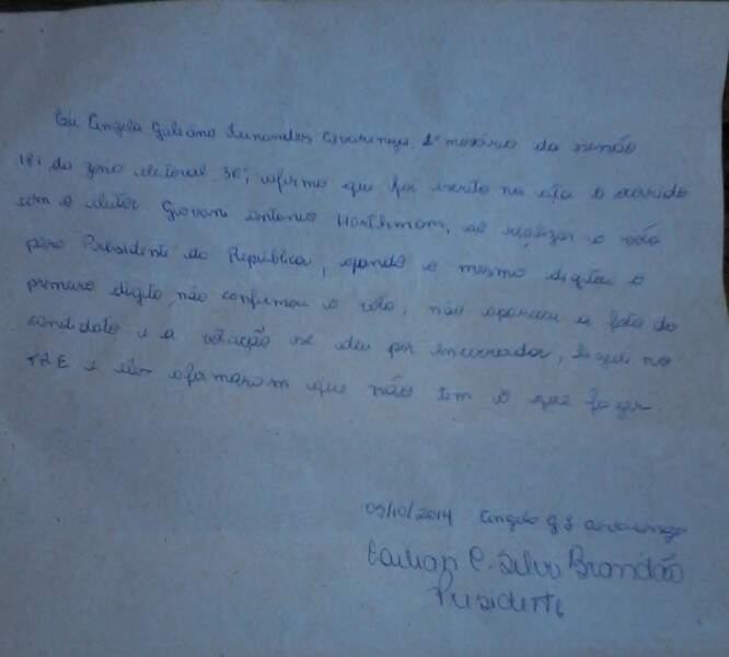 Mesária presidente da seção entregou um comprovante ao eleitor  referente a reclamação feita por ele.