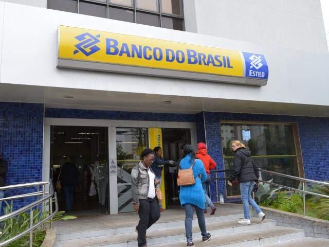 Agência que foi assaltada na terça-feira (17) funcionou normalmente hoje (Foto: Simão Nogueira)