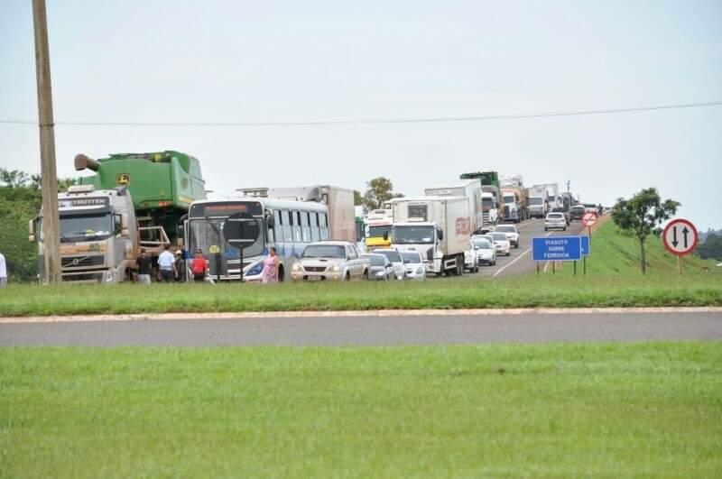 Fila de caminhões se estende por mais de 10 km, a partir do anel viário da BR-163, que tem saídas para Três lagoas, Corumbá, Aquidauana, Sidrolândia, Nova Alvorada do Sul, Dourados e São Paulo (Foto: Marcelo Calazans)
