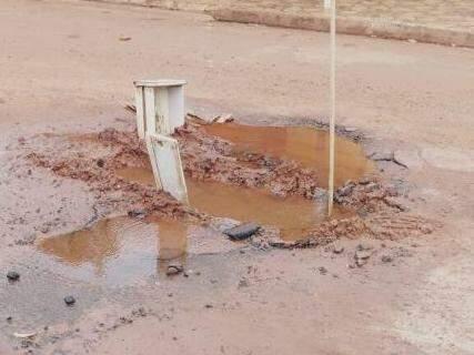 Buraco com vazamento fica na rua Ribeira, na Moreninha 3 (Foto: Direto das Ruas)