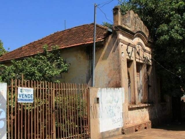 Da lateral, foto mostra prédio antigo, alvo de tombamento, na rua Antônio Maria Coelho. (Foto: Marina Pacheco).