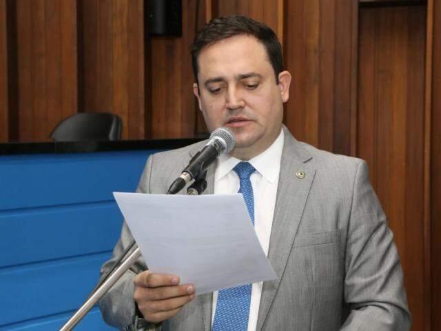 Márcio Fernandes recebeu reclamações de moradores sobre dificuldades para trafegar na MS-162. (Foto: Victor Chileno/ALMS)