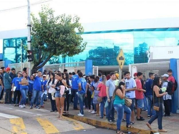 Estudantes em frente à Uniderp em dia de Enem (Foto: Arquivo)
