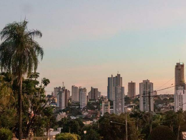 Campo Grande com céu parcialmente nublado no início da manhã desta quarta-feira. (Foto: Henrique Kawaminami)