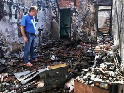 Incêndio destrói salão de beleza e loja de roupas na Rui Barbosa