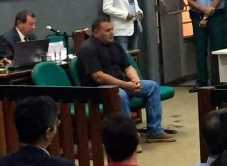 José Moreira Freires, o Zezinho, no banco dos réus. Ao fundo, o advogado Renê Siufi, que o defende. (Foto: Arquivo)