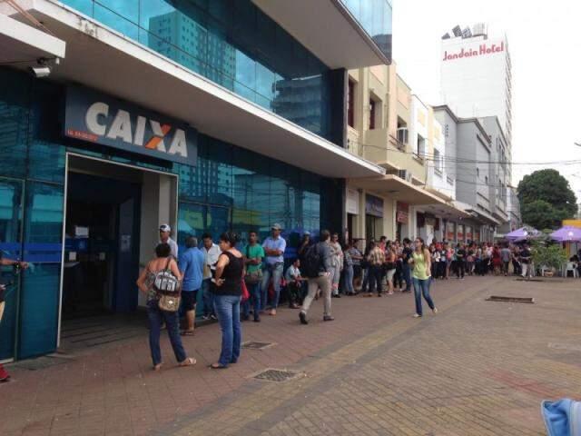 Trabalhadores lotam agência da Caixa para sacar FGTS (Foto: Elci Holsback)