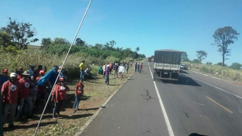 Em Nova Alvorada do Sul, manifestantes liberaram a BR-163 após negociação. (Foto: Direto das Ruas)
