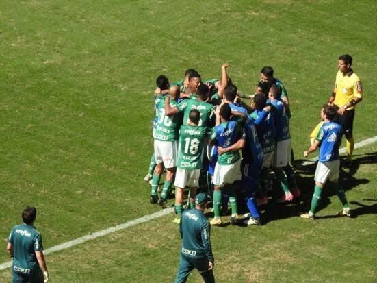 Jogadores do Palmeiras comemorando o terceiro gol (Foto: Reprodução/ Twitter)