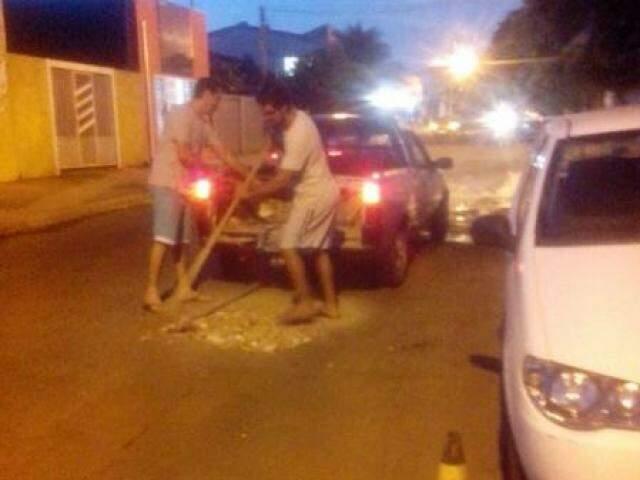 Moradores resolveram tampar os buracos por conta própria (Foto: Direto das Ruas)