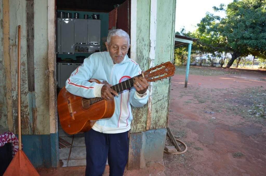 Carlinhos sempre sustentou a família com o dinheiro de apresentações musicais. (Foto: Danielle Valentim)