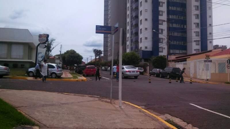 A batida envolveu um Citroen C3 e um Hyundai Azera em acidente que ocorreu as 11h00. Foto: (Direto das Ruas)
