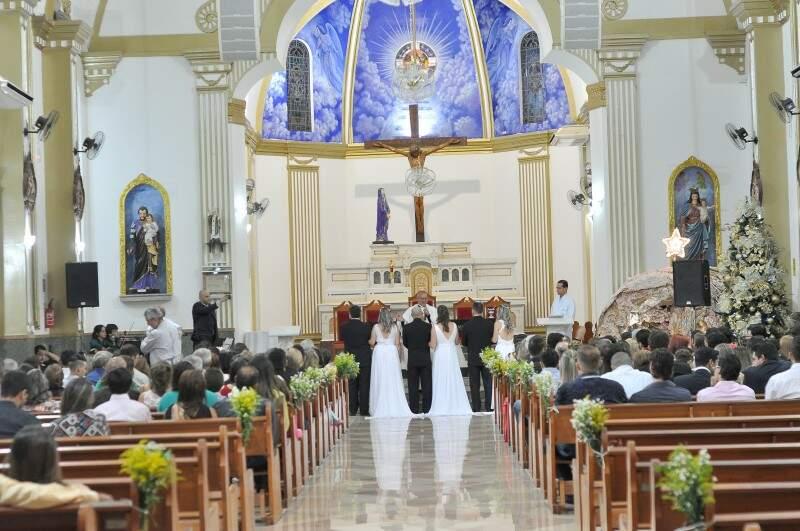 Na igreja, padre revezava na hora dos votos entre os três casais. (Foto: Antonio Ferreira)
