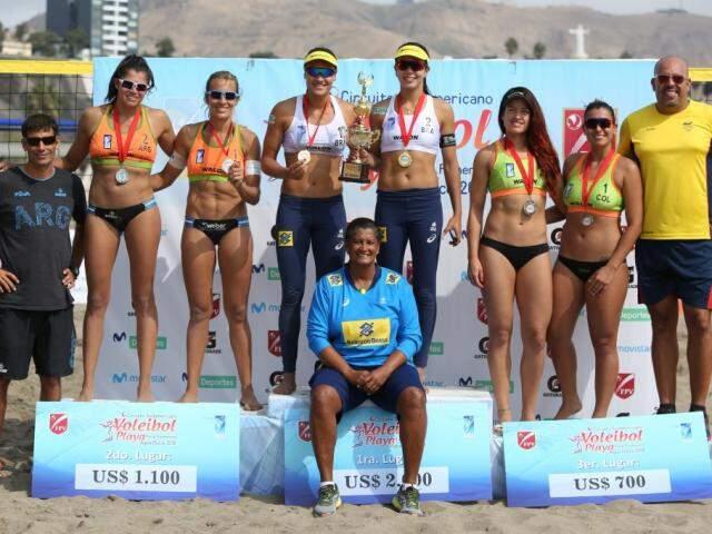Tainá e Victoria subiram no lugar mais alto do pódio em competição no Peru (Foto: FIVB/Divulgação)