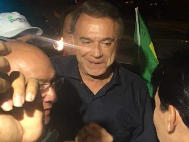 Candidato cumprimentando apoiadores de partido, esta noite (Foto: Guilherme Henri)