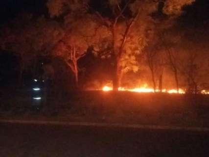 Incêndio em vegetação assusta moradores e mobiliza bombeiros