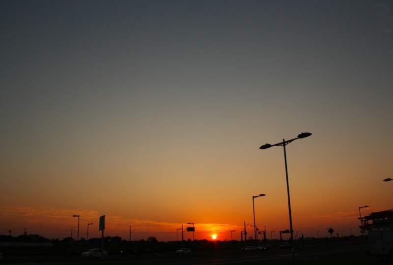 Sol surgiu firme no céu da Capital nesta manhã, pouco antes das 6h (Foto: Marcos Ermínio)