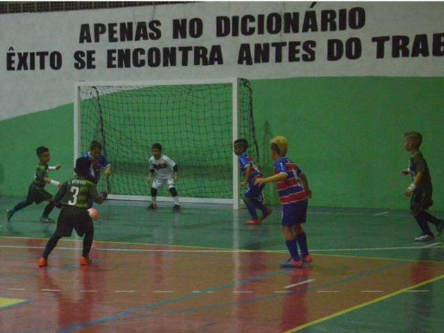 Associação Pelezinho e time de Fortaleza durante jogo na noite de ontem (Foto: Nalva Figueiredo)