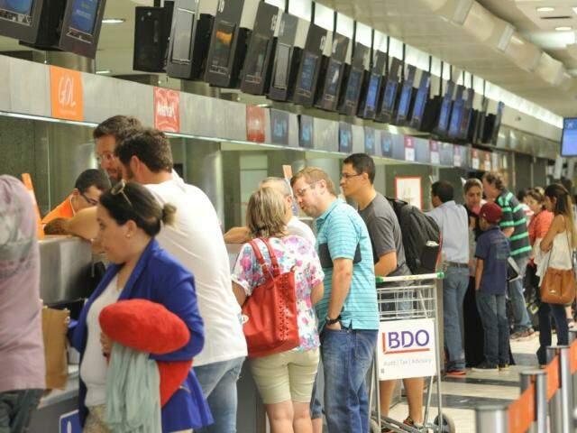 Saguão lotado de passageiros: Capital teve crescimento na quantidade de passageiros que embarcaram ou desembarcaram em julho (Foto: Alcides Neto/arquivo)