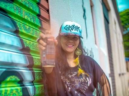 Artista plástica leva grafite à aldeia urbana para afastar jovens da pichação