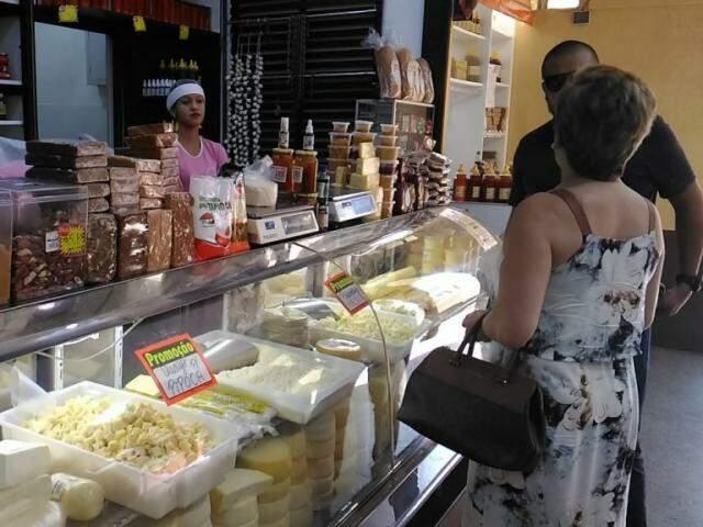Clientes compram queijo no Mercadão nesta terça-feira (Foto: Kleber Clajus)