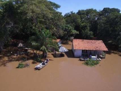 Chuva eleva nível do rio Miranda e mais famílias deixam suas casas
