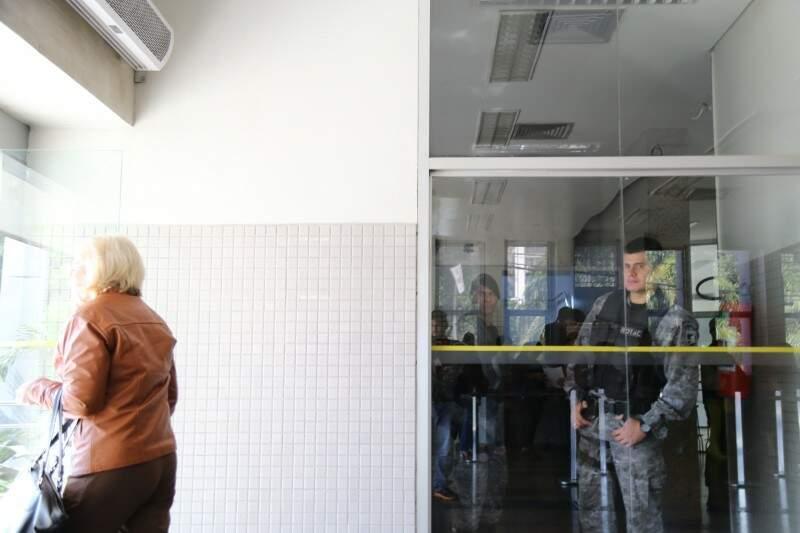 Clientes são orientados a procurarem outra agência; só seguranças e funcionários podem entrar (Marcos Ermínio)