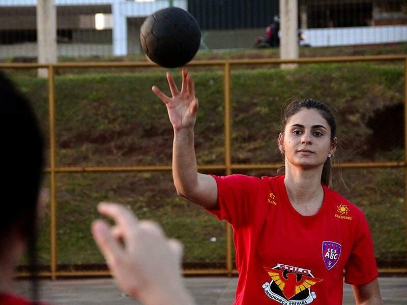 Karina Sanchez e sua companheira bola durante seu treino na quadra poliesportiva do Parque das Nações Indígenas (Foto: Marcos Ermínio)