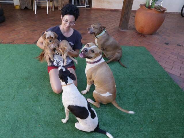 Os cãezinhos de Carolina Okada são apaixonados por ela. (Foto: Kísie Ainoã)