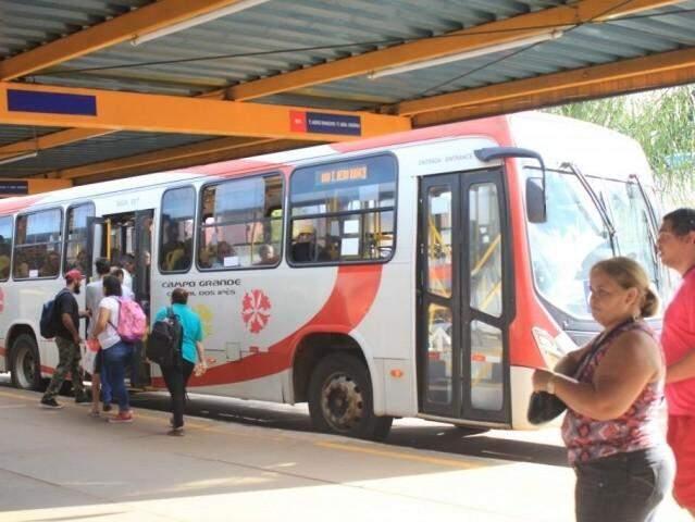 Passageiros entrando em ônibus em terminal de Campo Grande. (Foto: Arquivo)