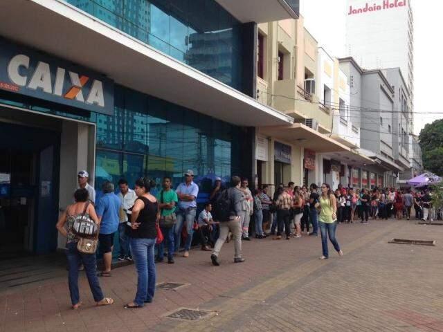 Trabalhadores esperam a vez para poder entrar na agência localizada na rua Barão do Rio Branco. (Foto: Elci Holsback)