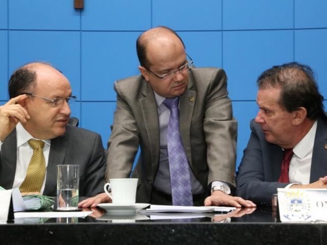 Deputados Junior Mochi (MDB), José Carlos Barbosa (DEM) e Eduardo Rocha (MDB), durante sessão (Foto: Victor Chileno/ALMS)