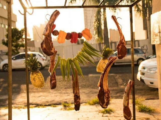 Churrasco de varal: um jeito diferente de assar carne que o campo-grandense, Luis, arranjou para recomeçar a vida como dono do próprio negócio. (Foto: Cesar Abud)