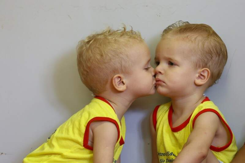 E quando a gente pede um abraço, é com beijo em Paulo que o menino Davi responde. (Foto: André Bittar)