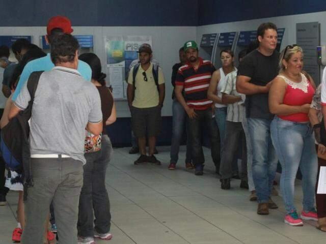 Fila de trabalhadores nesta manhã, na agência da Caixa Econômica, na rua 13 de Maio. (Foto: Marcos Ermínio)