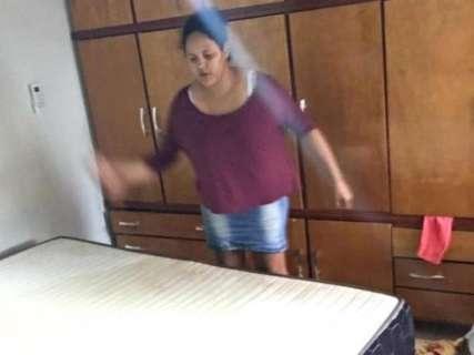Falta de manutenção em apartamento alaga imóvel e família perde móveis