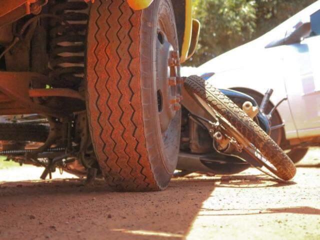 Motocicleta foi parar embaixo da caminhonete Ford F-4000 (Foto: Marcos Maluf)
