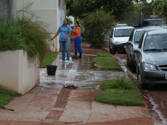 Funcionários limpam calçada na manhã de hoje. (Foto: Fernando Antunes)