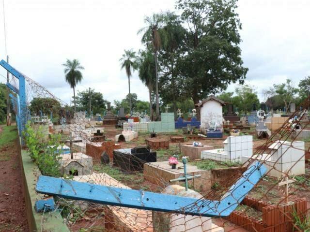 Corpo foi furtado do cemitério de Dois Irmão do Buriti. (Foto: Henrique Kawaminami)