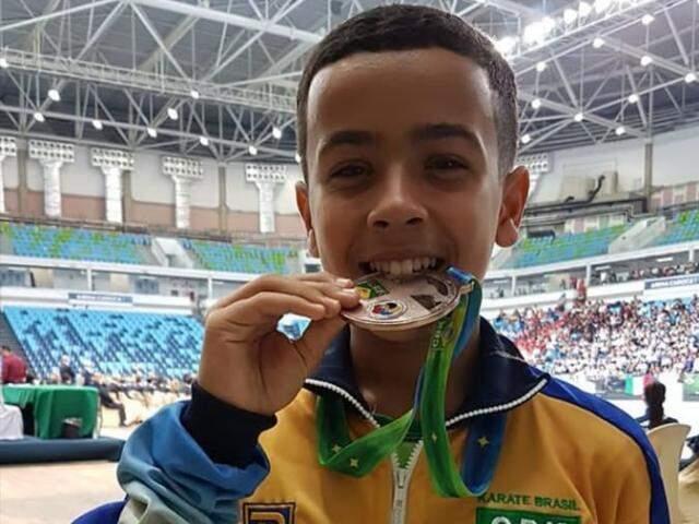 Júlio César com a medalha de bronze conquistada no Rio de Janeiro (Foto: Arquivo pessoal)