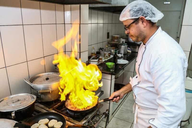 Mateus trouxe as porções conhecidas de São Paulo, uma delas é a calabresa flambada na cachaça. (Foto: Fernando Antunes)