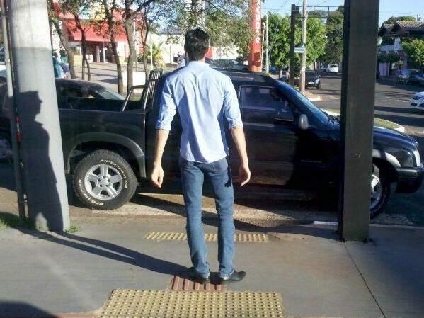 Veículo bloqueia passagem de pedestre.