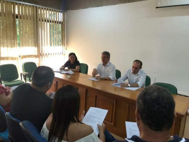 Hashioka (ao centro) afirma que data da implementação da nova jornada segue em análise. (Foto: Liniker Ribeiro)