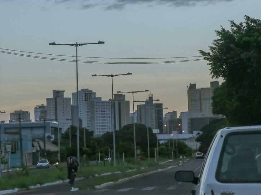 Dia amanhecendo com céu entre nuvens na capital sul-mato-grossense.  (Foto: Henrique Kawaminami)