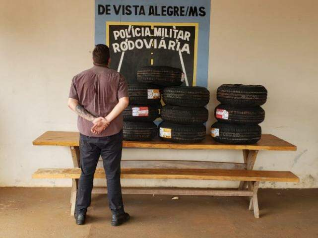 Homem que transportava os pneus foi liberado pela polícia. (Foto: Divulgação/PMR)