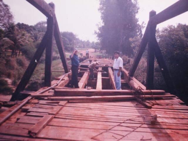 Construção da antiga ponte de madeira de Palmeiras. (Foto: Arquivo Pessoal)