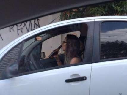 Motorista é flagrada bebendo ao volante na Avenida Ceará