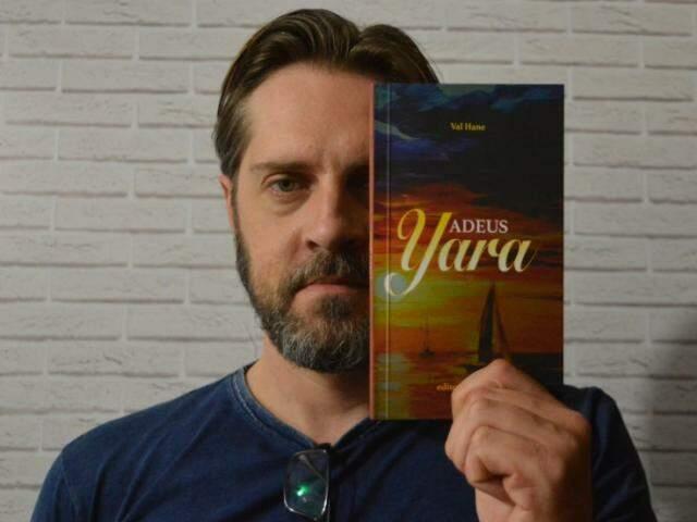 Walter tem 39 anos e é advogado. Nas horas vagas, escreve sobre relacionamentos e pela primeira vez lançou seu próprio livro . (Foto: Thaís Pimenta)