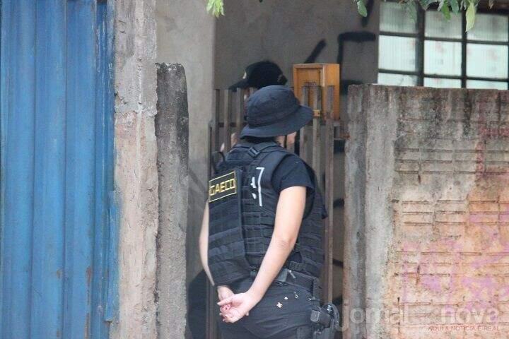 Agentes do Gaeco durante buscas em casa de Nova Andradina nesta manhã (Fotos: Jornal da Nova)